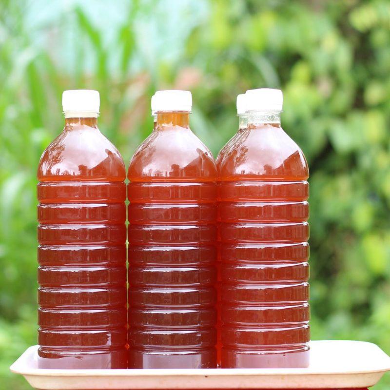Mật ong được đựng trong chai nhựa