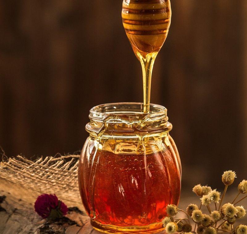 Nếm mật ong để cảm nhận được hương vị cũng như tính chất của sản phẩm