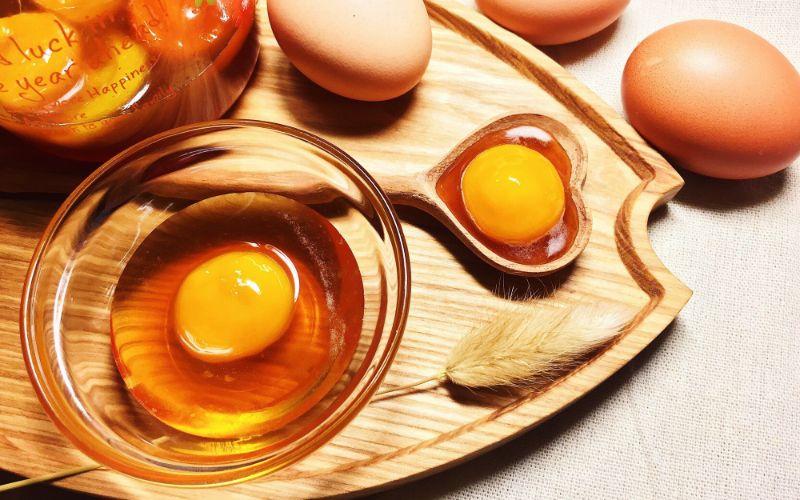 Dùng trứng gà để thử mật ong