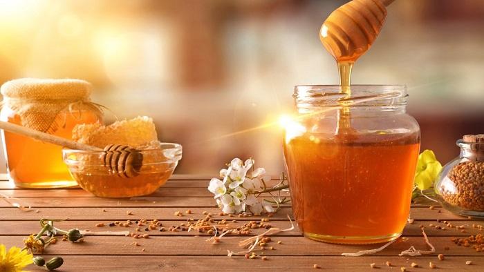 trị thâm môi bằng mật ong