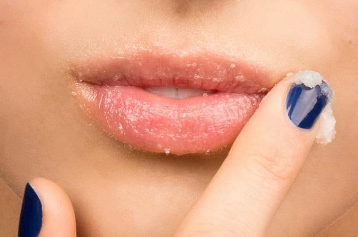 trị thâm môi bằng mật ong và đường