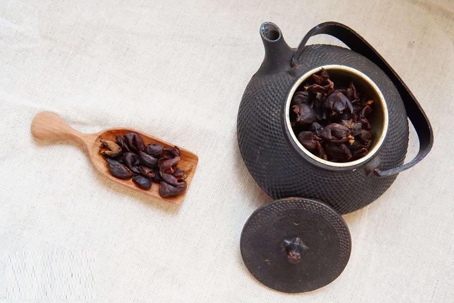pha nước trà vỏ cà phê với mật ong bằng cách đun sôi
